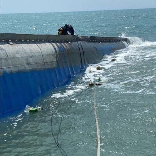 Vụ chìm tàu chở 1.500 tấn tro bay ngoài biển Mũi Né: Trục vớt càng chậm, nguy cơ tràn dầu càng lớn - Ảnh 1.