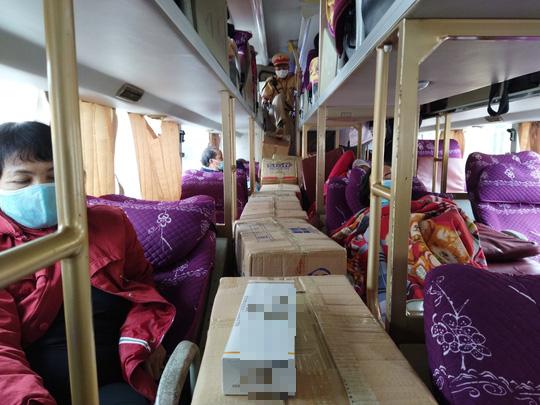 Món hàng bất ngờ trên chiếc xe giường nằm biển số Quảng Trị - Ảnh 2.