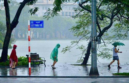 Bảo đảm an toàn cho dân về quê khi mưa bão - Ảnh 1.