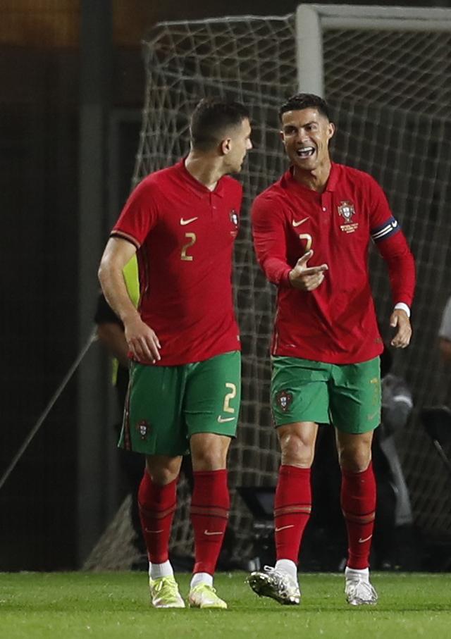 Ronaldo vượt Ramos số trận ra sân, nối dài kỷ lục bàn thắng - Ảnh 6.