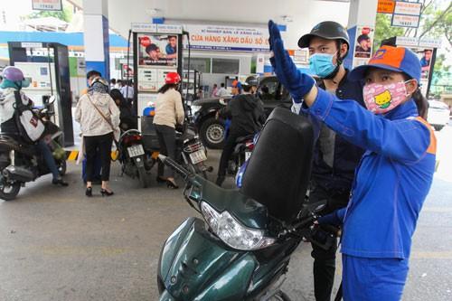 Giá xăng tăng mạnh, tiến sát mốc 23.000 đồng/lít - Ảnh 1.