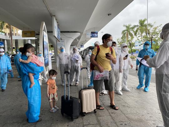Đà Nẵng đón 2 chuyến bay đưa 331 người từ TP HCM về quê - Ảnh 1.