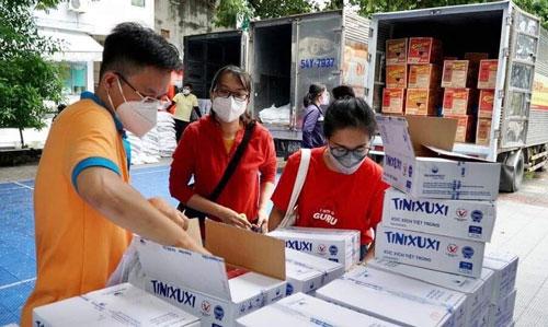 Tặng 7.800 túi an sinh cho người lao động khó khăn - Ảnh 1.