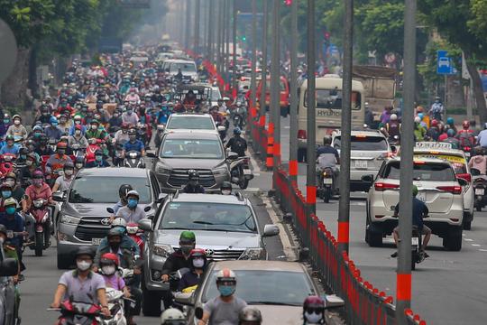 Người dân quay lại làm việc, đường phố TP HCM đông nghẹt ngày đầu tuần - Ảnh 2.