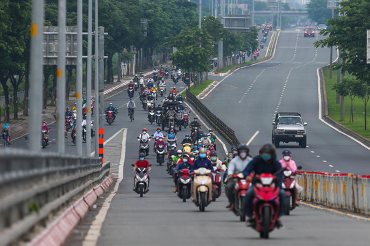 Người dân quay lại làm việc, đường phố TP HCM đông nghẹt ngày đầu tuần - Ảnh 3.