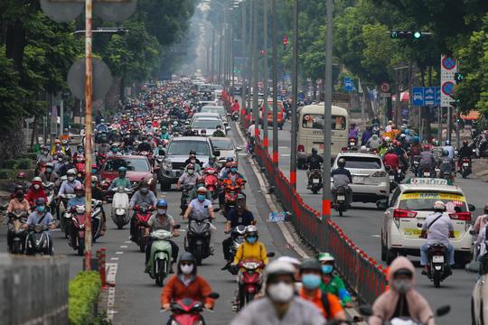 Người dân quay lại làm việc, đường phố TP HCM đông nghẹt ngày đầu tuần - Ảnh 4.