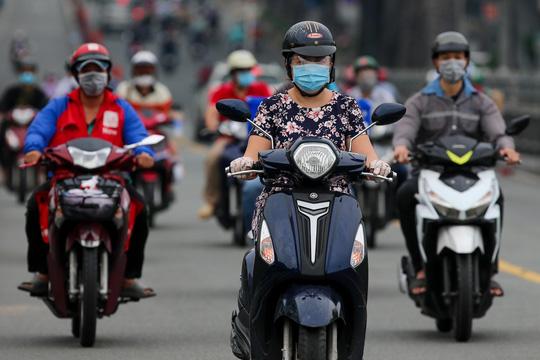 Người dân quay lại làm việc, đường phố TP HCM đông nghẹt ngày đầu tuần - Ảnh 5.
