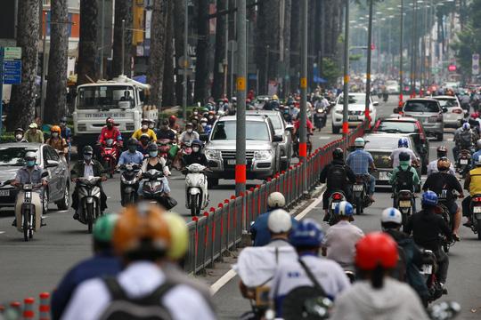 Người dân quay lại làm việc, đường phố TP HCM đông nghẹt ngày đầu tuần - Ảnh 6.