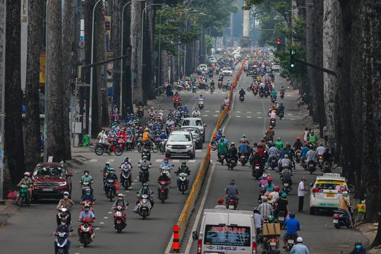 Người dân quay lại làm việc, đường phố TP HCM đông nghẹt ngày đầu tuần - Ảnh 7.