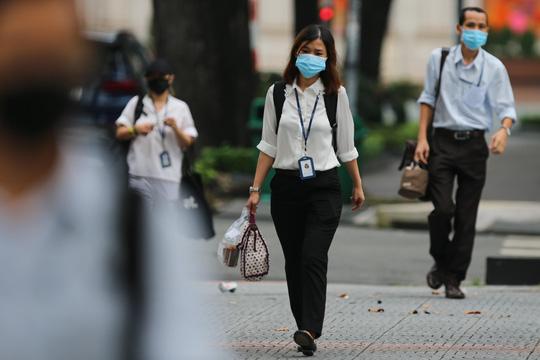 Người dân quay lại làm việc, đường phố TP HCM đông nghẹt ngày đầu tuần - Ảnh 21.
