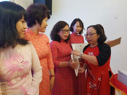 Tuyên dương 39 nữ CNVC-LĐ đạt danh hiệu 2 giỏi - Ảnh 1.