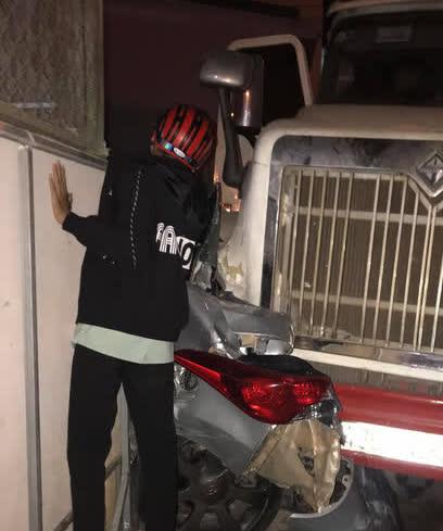 Xe container bất ngờ tự trôi, tông trúng 2 ôtô - Ảnh 1.