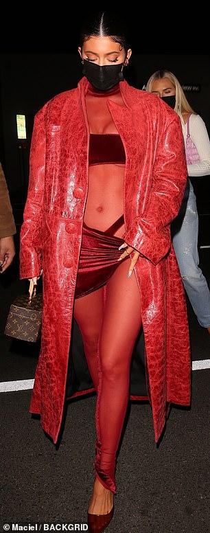 Kylie Jenner mặc hở độc, lạ đến chúc mừng Justin Bieber - Ảnh 5.