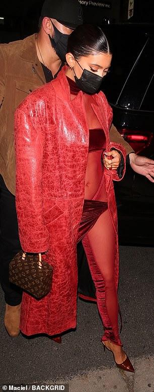 Kylie Jenner mặc hở độc, lạ đến chúc mừng Justin Bieber - Ảnh 4.