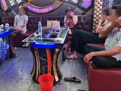 """Phát hiện nhiều nhóm thanh niên tổ chức """"tiệc ma túy"""" trong phòng karaoke - Ảnh 2."""