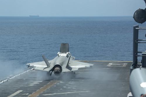 Biển Đông chật chội tàu sân bay Mỹ - Trung - Ảnh 3.