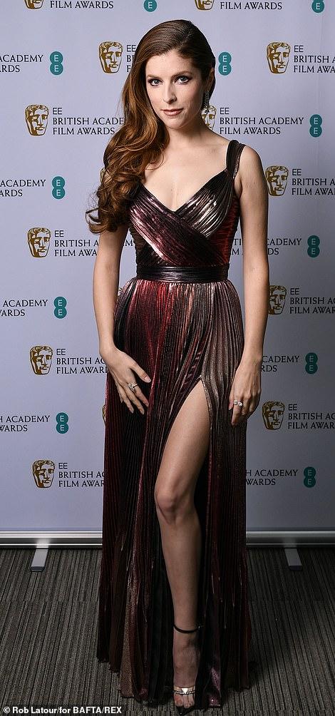 Những bộ đầm thảm họa tại thảm đỏ Oscar nước Anh BAFTA 2021 - Ảnh 9.