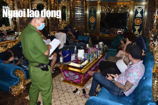 """CLIP: Sau vụ nổ súng kinh hoàng, karaoke XO ở Tiền Giang lại có """"biến"""" - Ảnh 4."""