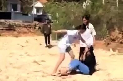 Phẫn nộ clip nhóm học sinh nữ cấp 2 ở Lâm Đồng kéo ra nghĩa trang đánh dằn mặt nhau - Ảnh 2.