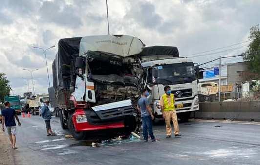 Tài xế xe tải chết kẹt sau tai nạn với xe container  - Ảnh 1.