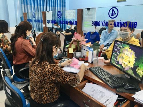 Quá tải giải quyết hồ sơ hành chính: Cán bộ thêm việc, người dân thêm giờ chờ - Ảnh 1.