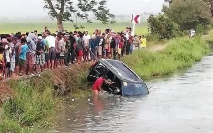 Xe hơi chở 15 người lao xuống kênh, 13 người chết đuối - Ảnh 1.