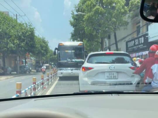 Tài xế ô tô khách liều lĩnh chạy ngược chiều ở con đường đông nhất Biên Hòa - Ảnh 1.