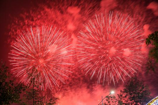 CLIP: Hàng vạn người dân đổ về xem bắn pháo hoa tại Lễ giỗ Tổ Hùng Vương - Ảnh 2.