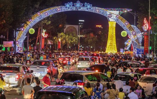 CLIP: Hàng vạn người dân đổ về xem bắn pháo hoa tại Lễ giỗ Tổ Hùng Vương - Ảnh 4.