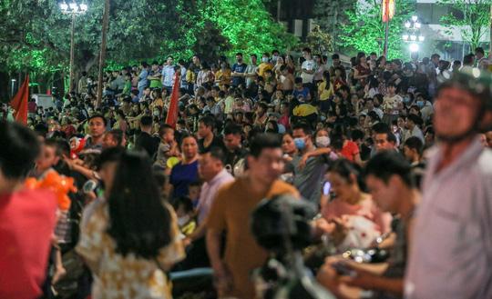 CLIP: Hàng vạn người dân đổ về xem bắn pháo hoa tại Lễ giỗ Tổ Hùng Vương - Ảnh 11.