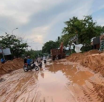 Lũ bùn đỏ tràn ngập tuyến đường du lịch Mũi Né - Ảnh 3.