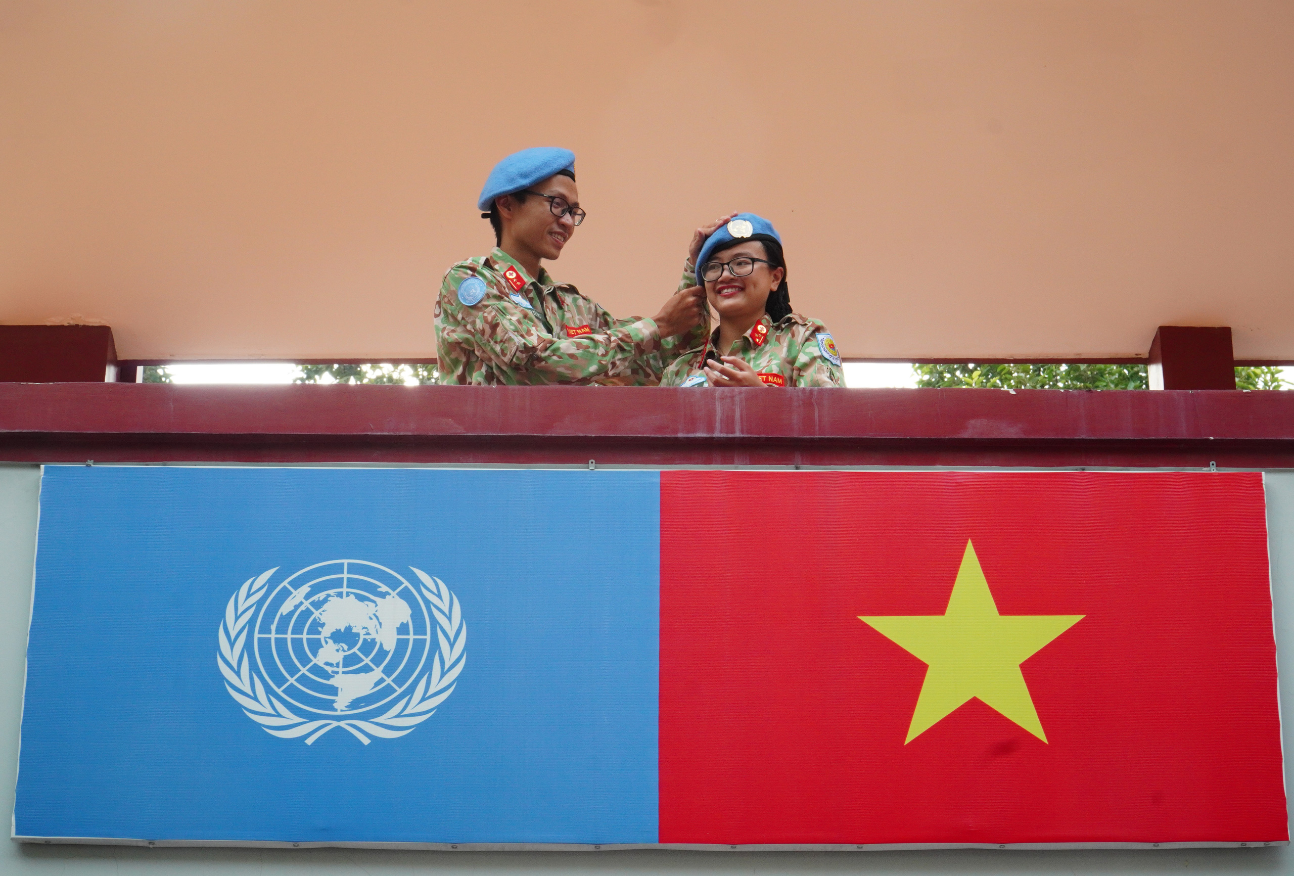 Gác chuyện riêng, vợ chồng mũ nồi xanh lên đường gìn giữ hòa bình - Ảnh 6.