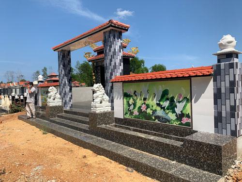 Công khai mua bán đất lâm nghiệp để xây mộ trái phép - Ảnh 2.
