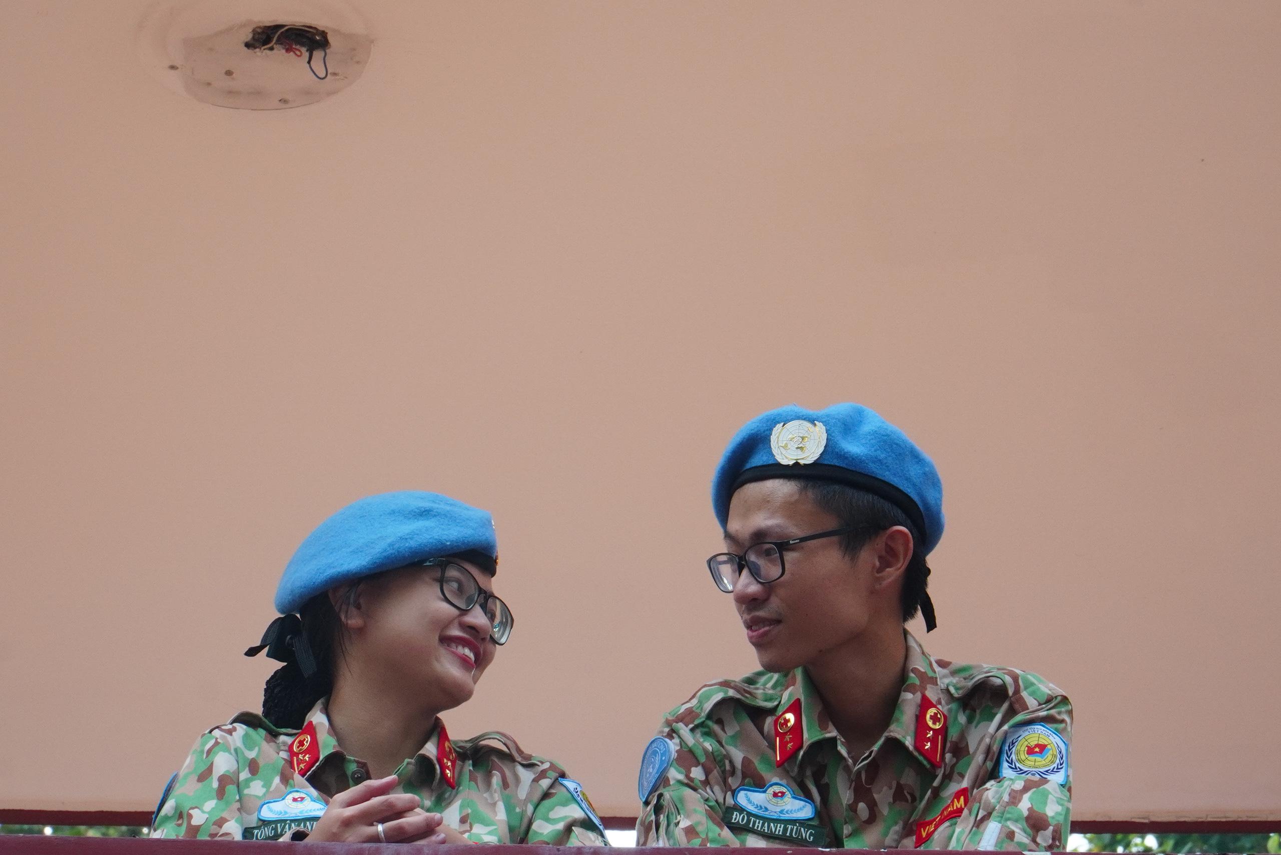 Gác chuyện riêng, vợ chồng mũ nồi xanh lên đường gìn giữ hòa bình - Ảnh 20.
