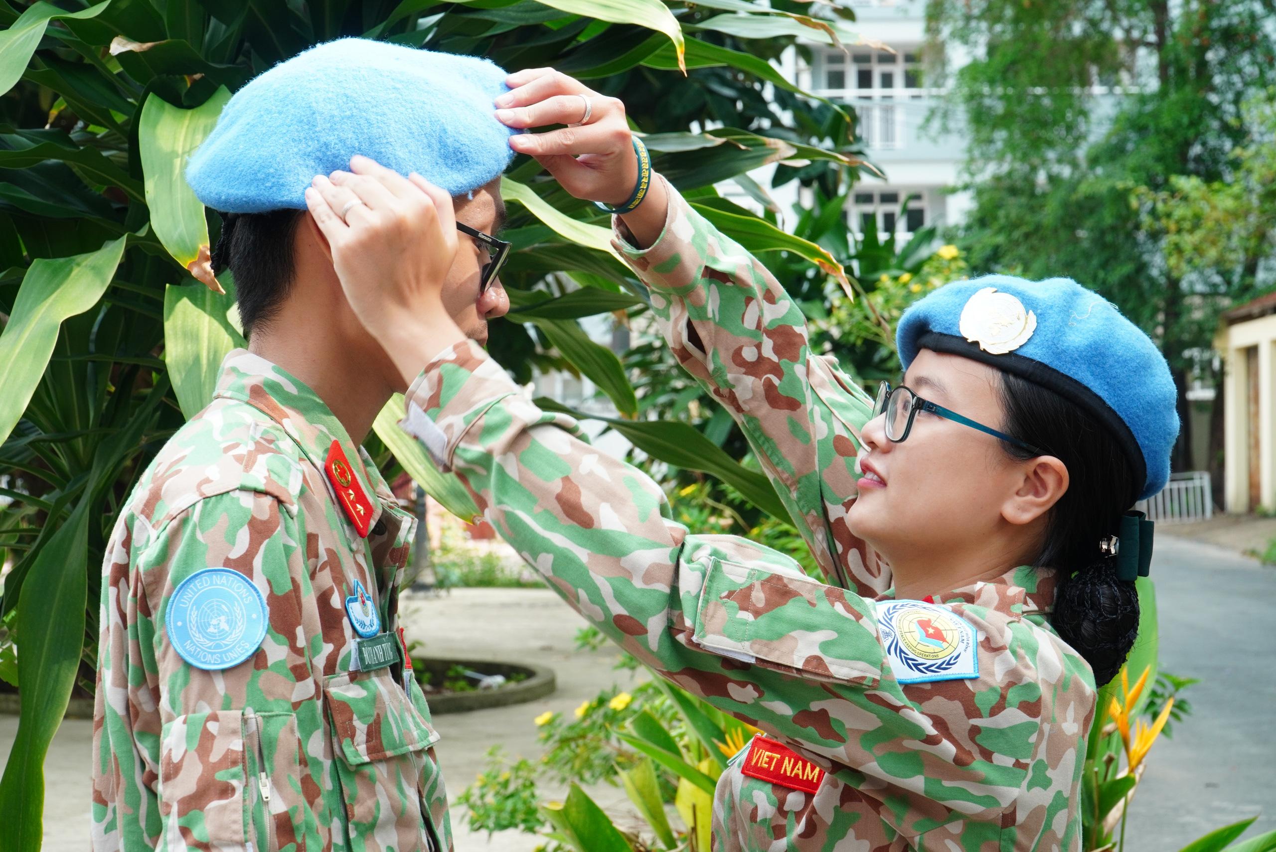 Gác chuyện riêng, vợ chồng mũ nồi xanh lên đường gìn giữ hòa bình - Ảnh 10.