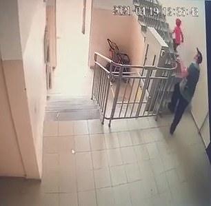 Bị kẻ ấu dâm bế xốc đi, bé gái Kazakhstan chớp thời cơ trốn thoát - Ảnh 2.