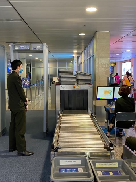 Sân bay Tân Sơn Nhất lắp thêm 5 máy soi chiếu an ninh - Ảnh 1.