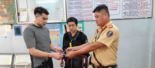 CSGT TP HCM bắt nóng 2 tên cướp tuổi vị thành niên manh động, nghiện ma tuý - Ảnh 2.