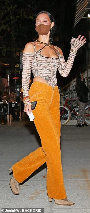 Siêu mẫu Bella Hadid khéo léo khoe vòng một đầy đặn - Ảnh 2.