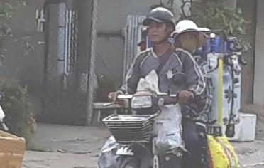 Người dân vùng biên vô tư không đeo khẩu trang khi ra đường - Ảnh 5.