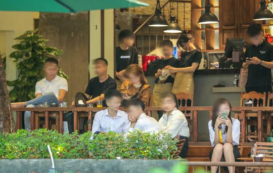 CLIP: Nhiều người dân Hà Nội quên khẩu trang phòng chống dịch Covid-19 - Ảnh 14.