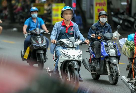 CLIP: Nhiều người dân Hà Nội quên khẩu trang phòng chống dịch Covid-19 - Ảnh 7.