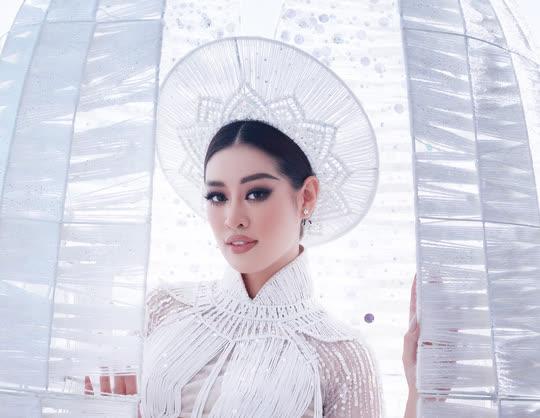 Khánh Vân giới thiệu áo dài dự thi Hoa hậu Hoàn vũ, cư dân mạng hỏi sao giống thần điêu? - Ảnh 1.