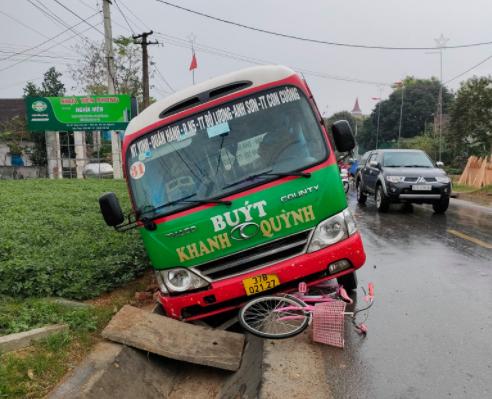 Trên đường đến trường, học sinh lớp 3 bị xe buýt tông tử vong - Ảnh 1.