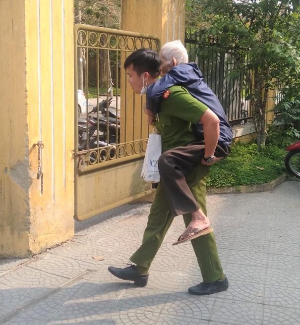 Cảm động hình ảnh cán bộ, chiến sĩ công an giúp dân làm căn cước công dân - Ảnh 2.