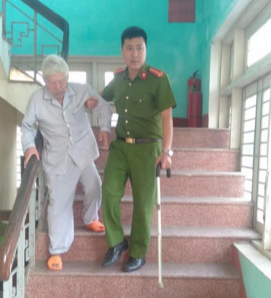 Cảm động hình ảnh cán bộ, chiến sĩ công an giúp dân làm căn cước công dân - Ảnh 3.