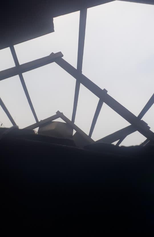 Chùm ảnh: Lốc xoáy quét qua, hàng chục nhà dân ở Quảng Trị bị tốc mái - Ảnh 6.