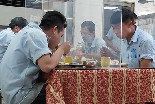 Để công nhân có bữa ăn ngon, an toàn - Ảnh 1.