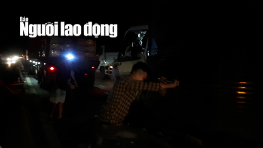 CLIP: Nhiều tài xế cạy cabin xe tải để đưa 2 người thương vong ra ngoài - Ảnh 4.