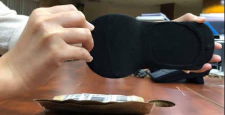 Đặt mua giày online, khách tá hỏa vì nhận được đôi vớ - Ảnh 2.